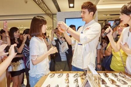 谢佳见帮幸运粉丝亲自挑选眼镜,让现场粉丝high翻。(JINS提供)