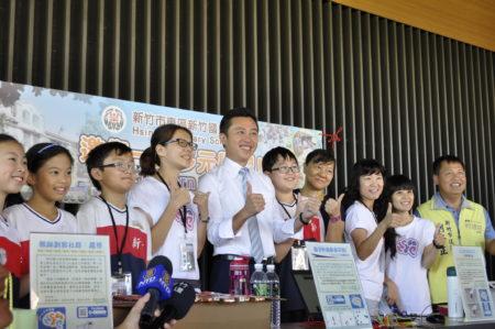 新竹市长林智坚(右6)和新竹国小师生合影,称赞小小科学家表现优秀。(赖月贵/大纪元)