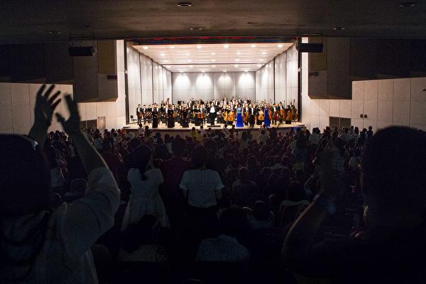 神韻交響樂團謝幕,觀眾熱烈喊「安可」。(陳霆/大紀元)