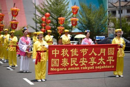 法輪功學員組織的中秋遊行受到民眾喜愛。(明慧網)