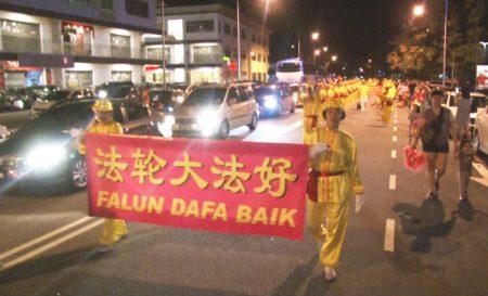 法轮功团体受邀参与槟城双威镇的庆中秋活动,和民众一起游行庆中秋。(大纪元)