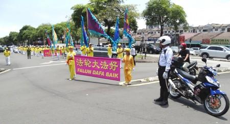 馬來西亞法輪功學員來到雪蘭莪州班丹英達(Pandan Indah)舉辦慶中秋遊行活動,交通警察和自願警衛隊前來提供協助,為法輪功遊行隊伍開路。(明慧網)