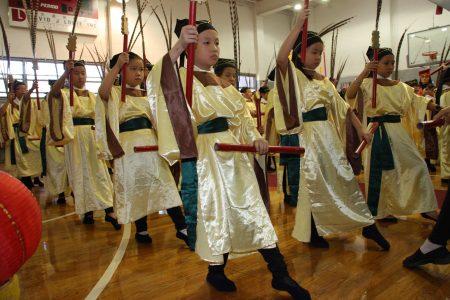 俏舞是古时的敬神舞蹈,俏生姿势要端正,以内敛沈静的态度行舞,眼神不外放,舞姿要平稳端正,内心虔诚恭敬的进行献礼。