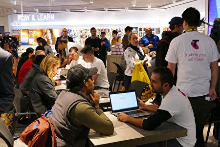店内当天人满为患,兴奋的果粉们终于如愿以偿体验并签会期待的苹果新机了。(安平雅/大纪元)