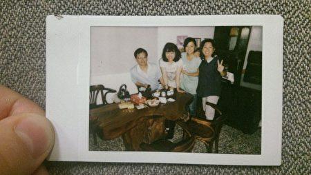 网友Jenny Chang 寄来一张家庭照片,鼓励王晓丹继续加油。(网络截图)