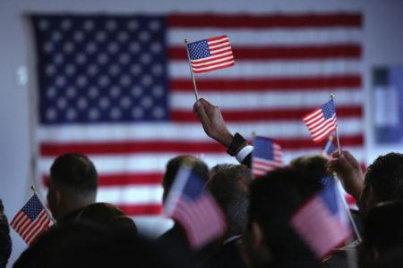 根据美国公民及移民服务局的数据,自去年下半年开始,永久居民入籍美国的人数出现惊人的二位数增长。(John Moore/Getty Images)