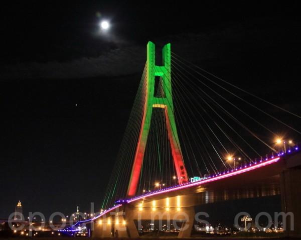 2010年9月22日中秋节晚,台北天空的月亮又大又圆与新北大桥相互辉映。(林伯东/大纪元)
