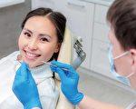 看牙醫時常令人很緊張,要找好牙醫問問患者的經驗很重要。(shutterstock)