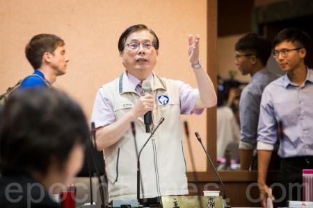 基本工资审议委员会8日在劳动部举行,虽然资方代表仅2位出席,但劳动部长郭芳煜(中)宣布达法定人数顺利召开。(陈柏州/大纪元)