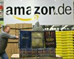 在亚马逊网站的仓库优惠区往往能找到可买的非新品而省一笔钱。图为亚马逊网站员工在整理库房。(MARTIN OESER / AFP)