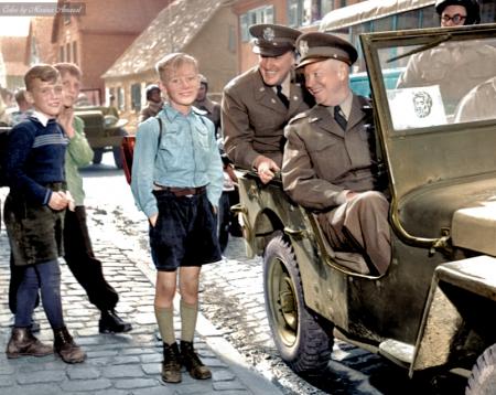 艾森豪威尔将军乘坐吉普车驶过德国一小学时,向三个德国小学生微笑。(Courtesy of Marina Amaral)