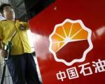 """石油系统自反腐以来,舆论盛议,""""三桶油""""热衷境外投资,不排除洗钱转移资产。石油国企开启海外业务,始于江泽民2000年指示。(LIU JIN/AFP/Getty Images)"""