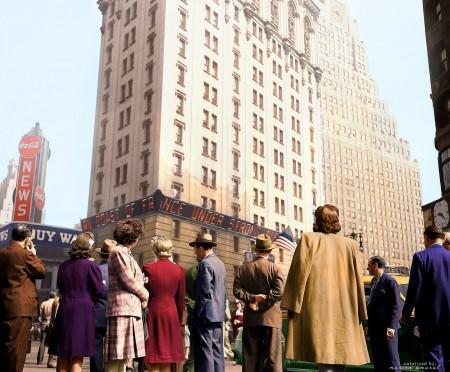 1944年6月6日,纽约时代广场上的人们正仰头阅读关于盟军诺曼底登陆的滚动新闻。(Courtesy of Marina Amaral)