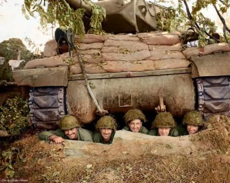 第3装甲师第703坦克歼击营之ACS M10(金刚狼)自动机枪部队在法国小镇马里尼附近一个战壕中合影。(Courtesy of Marina Amaral)