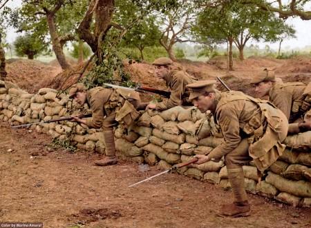 士兵冲出战壕,越过砂袋防护墙。(Courtesy of Marina Amaral)
