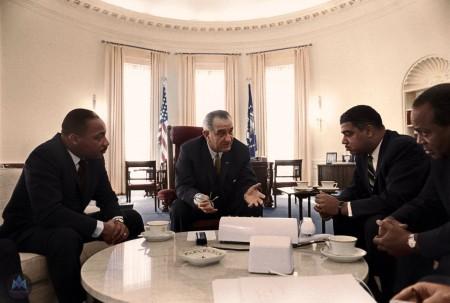 美国总统林登‧约翰逊(中)与马丁‧路德‧金(左)等民权运动代表会晤。(Courtesy of Marina Amaral)