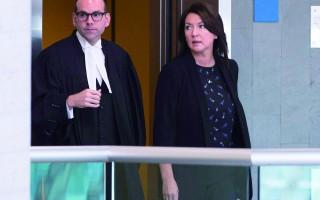 2016年8月29日,魁北克省前副省長、前魁省自由黨議員Nathalie Normandeau(右)和其代表律師Maxime Roy在魁北克市出庭(加通社/ Jacques Boissinot)
