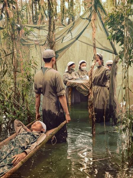 1970年9月15日,柬埔寨民族游击分子Danh Son Huol在金瓯半岛沼泽里一间简陋的手术室处理伤口。(Courtesy of Marina Amaral)