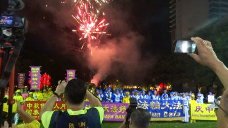 在天国乐团演奏国歌后,天空燃放起璀璨的烟花结束了当天的活动。(大纪元)