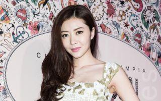 香港名模熊黛林(Lynn)4月24日旋风访台参加新品发表会,穿着白色紧身贝壳刺绣小洋装,展现前凸后翘的好身材。(陈柏州/大纪元)