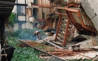 圖為1994年1月24日,洛杉矶北岭大地震。( HAL GARB/AFP/Getty Images)