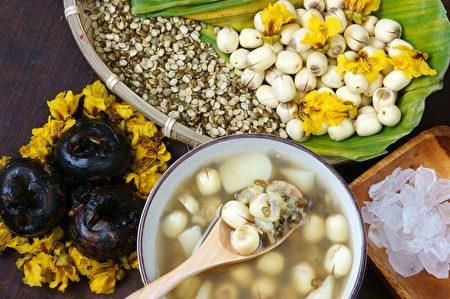 越南菜,香甜莲子粥,配料:莲子,绿豆,荸荠和糖。其一越南菜甜点或零食,大好吃,可口,营养,为睡不好觉(fotolia)