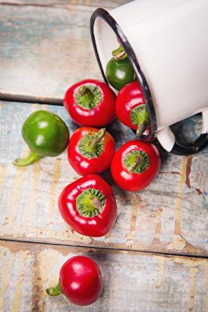 红色和绿色的辣椒(fotolia)