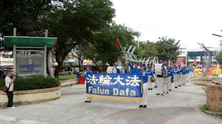 法輪功學員來到雪蘭莪州八打靈再也(Petaling Jaya)舉辦了另一場慶中秋遊行。(明慧網)