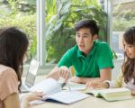 students studying in the library(fotolia)