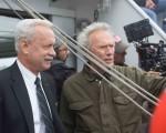 汤姆‧汉克斯(左)与导演克林‧伊斯威特(右)。(华纳提供)