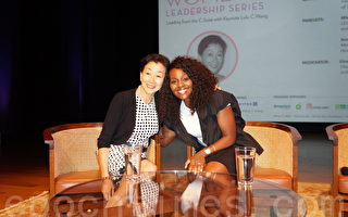 图:华尔街女投资家Lulu Chow Wang(王周露露)(左)与校友、某福利公司执行长Mia Mends(右)在德州亚洲中心系列讲座中合影。(易永琦/大纪元)