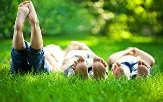 需要选择乐观的朋友为伴,你会被积极的能量包围。(Sunny studio/Shutterstock)