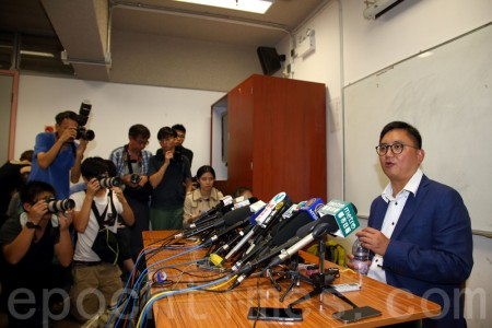 香港今届立法会选举前,被迫离港弃选的自由党候选人周永勤,星期三召开记者会交代被要胁弃选的经过。(潘在殊/大纪元)