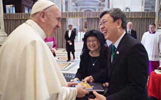 中華民國副總統陳建仁(右)9月4日出席仁愛傳教修女會創立人德雷莎修女的封聖典禮,並與教宗方濟各會面,邀他訪問台灣。(駐教廷大使館提供)