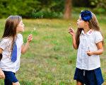 自由的玩耍對孩子成長至關重要,很可能比父母給他們報名的活動有價值得多。(shutterstock)