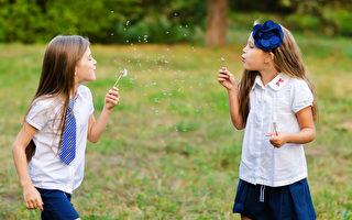自由的玩耍对孩子成长至关重要,很可能比父母给他们报名的活动有价值得多。(shutterstock)
