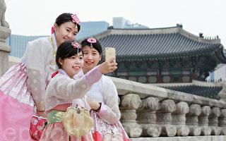 访韩外国人盛行体验韩服。图为首尔景福宫。(全景林/大纪元)