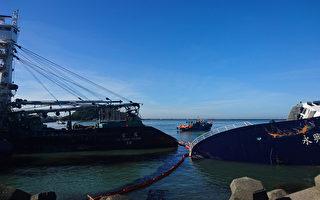 高雄港務分公司16日說,西子灣4艘擱淺漁船油汙汙染範圍約1至2公頃,油汙控制在夾灣內,16日持續進行海面清淤及抽油工作,岸上除油汙恐花兩天時間,預計18日完成。(高雄港務分公司提供)