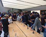 9月16日,苹果手机iPhone 7正式在美国开卖。在旧金山联合广场旗舰店外,有iPhone发烧友彻夜排队,希望抢先体验iPhone 7。(林骁然/大纪元)