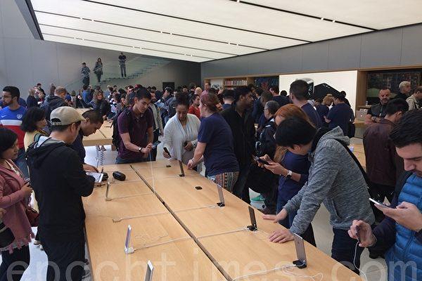 9月16日,蘋果手機iPhone 7正式在美國開賣引發購機熱潮,但幾個月後的今天,市場傳出iPhone 7滯銷的消息,還可能會讓蘋果在明年初減產10%。(林驍然/大紀元)