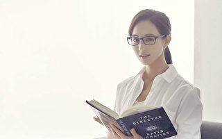 私底下是文青控的张钧甯,喜欢戴眼镜看书、听音乐。(aGape提供)