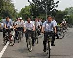 嘉大校長邱義源(前右)與市長涂醒哲(前左)與嘉大師生騎乘腳踏車繞校園。(嘉義大學提供)