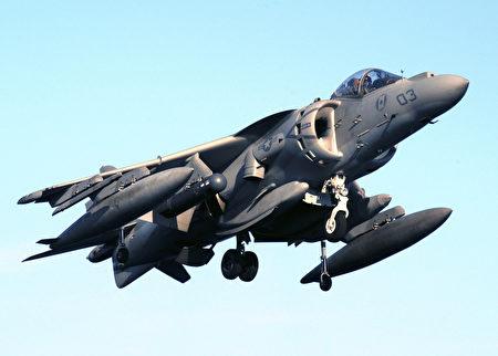 美军一架AV-8B鹞式战斗机(图)22日在日本冲绳岛坠毁。(PHAN SARAH E. ARD/AFP)