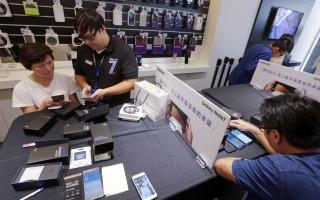 全球传出数起Samsung Note 7燃烧事故,韩国手机大厂三星日前宣布,将针对全球Note 7用户提供更换新机服务,并暂停销售。台湾三星23日起开始进行Note 7换机作业,不少用户下午到销售门市更换手机。(中央社)