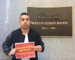 富国银行前雇员凯文‧番姆和朋友一道呼吁民众取出存款,关掉富国银行的账户。(林骁然/大纪元)