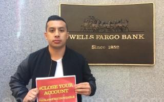 富國銀行前雇員凱文‧番姆和朋友一道呼籲民眾取出存款,關掉富國銀行的帳戶。(林驍然/大紀元)