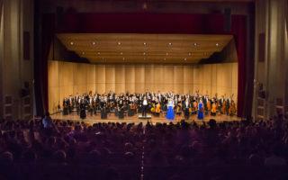 2016年9月24日下午,神韻交響樂團在台南成功大學成功廳演出。在兩首安可曲後,觀眾們喝采、呼聲依然不絕,圖為指揮米蘭‧納切夫帶領音樂家們謝幕。(陳霆/大紀元)