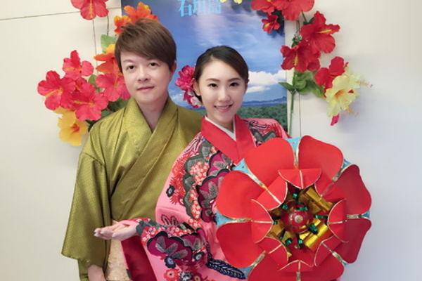 两人还体验琉球传统服并合照,让老板与摄影师还误会两人是新婚夫妻,频频恭喜要幸福永远。(豪记唱片提供)