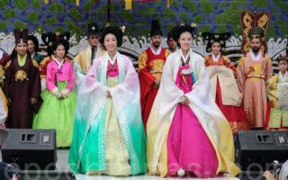 """9月21日至27日,韩国首尔市钟路区在仁寺洞举行为期一周的""""第29届仁寺传统文化节""""。图为韩服秀。(全景林/大纪元)"""