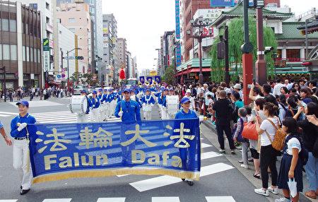 """9月25日,日本法轮功学员在东京浅草景点举行讲真相、反迫害游行。各国游客表示,中共竟然活摘法轮功学员器官,""""决不能容忍""""。(张本真/大纪元)"""